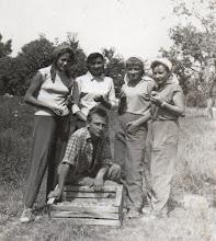 Photo: Csicsói almáskert - erecsi kert 1958-ban, Balról: Fél Ilonka, Lengyel Ilonka, Bödők Jánosné Bencsik Ilona, Fél Teréz, Medei Gyula (akkor ők ott laktak az erecsi házban)