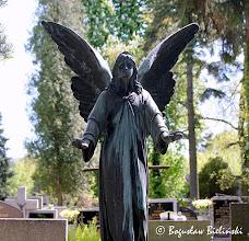 Photo: Wśród nagrobków z aniołami na łódzkim Cmentarzu św. Franciszka, na uwagę zasługuje Anioł Stróż stojący nad grobem przedwcześnie zmarłych chłopców: 4-letniego Jureczka Wawrzyniaka zmarłego 10 stycznia 1942 r. i  24-letniego Zbigniewa Wawrzyniaka zmarłego śmiercią tragiczną w górach 2 sierpnia 1957 r.