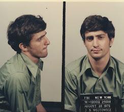 """Photo: John Wojtowicz, o real assaltante de banco que foi interpretado por Al Pacino como Sonny Wortzik em """"Um Dia de Cão"""""""