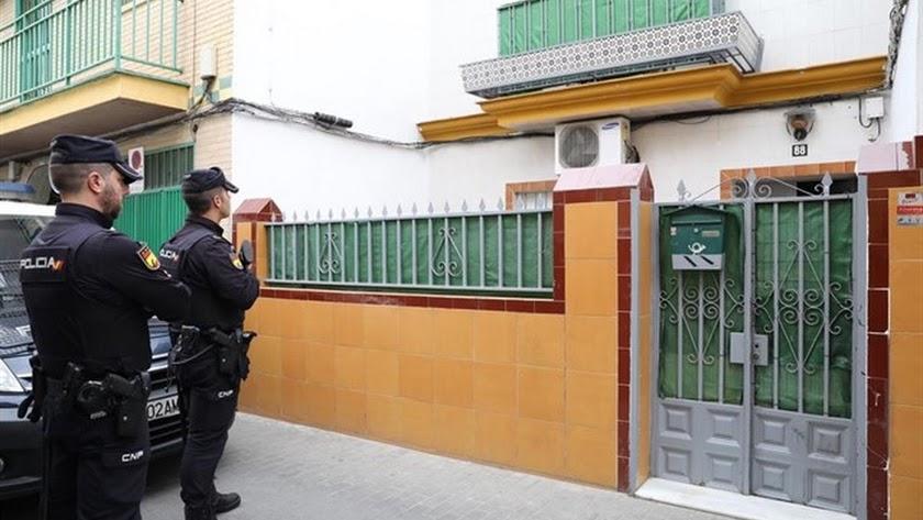 La Policía Nacional registra la casa del yihadista detenido.