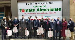 Foto de autoridades y organizadores de la Semana del Tomate Almeriense.
