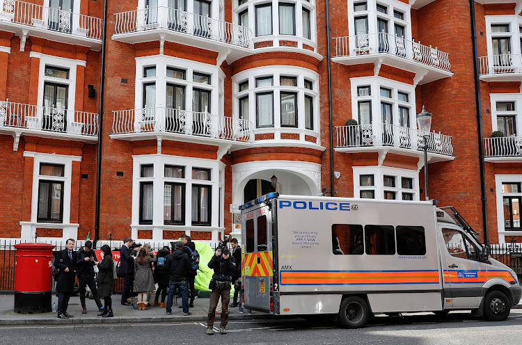 BEVMEQyZHYjumeB3NV4hZoYClbJtk s1MzbYS69tpqYzLnPkyVWf2o1C2ub30roqnpC5AlSJm4KEIOmvLTig7Z q4S8y=s750 - WikiLeaks founder Julian Assange arrested by British police at Ecuadorean embassy
