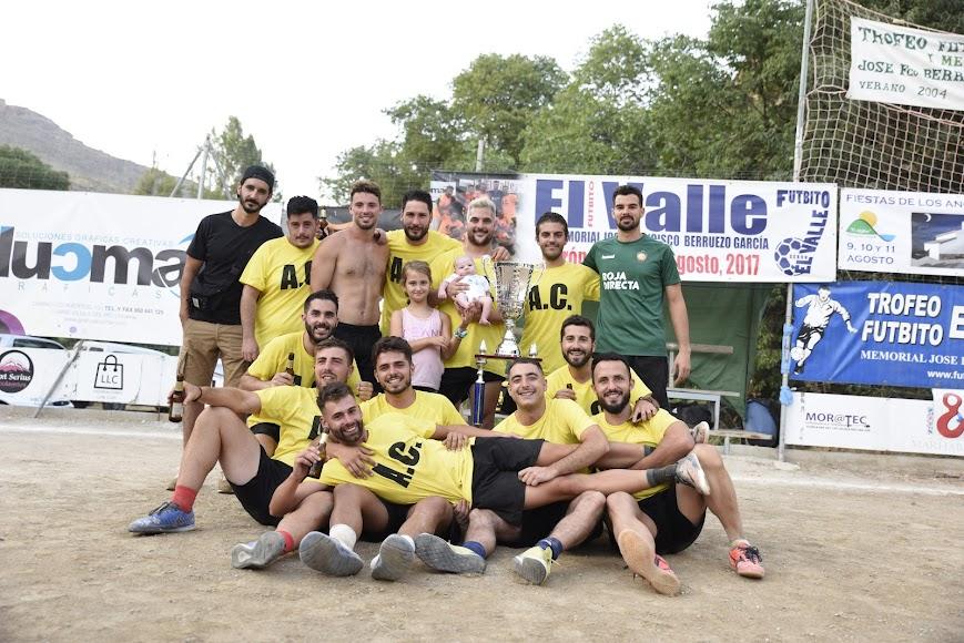 Asesoría Cuadrado levantó la copa de ganador.