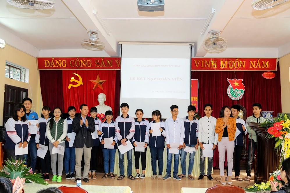 Lễ trao quyết định kết nạp đoàn cho các thanh niên tích cực tại các chi đoàn