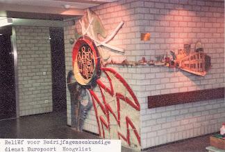 Photo: Wandrelief bedrijfsgeneeskundige dienst Europoort te Hoogvliet, overzicht rond hoek, 1982