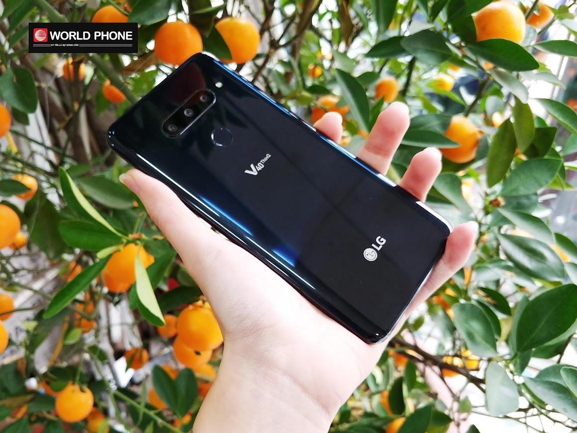LG V40 ThinQ chỉ dày khoảng 7.6mm và nhỏ con với cân nặng 169 gram