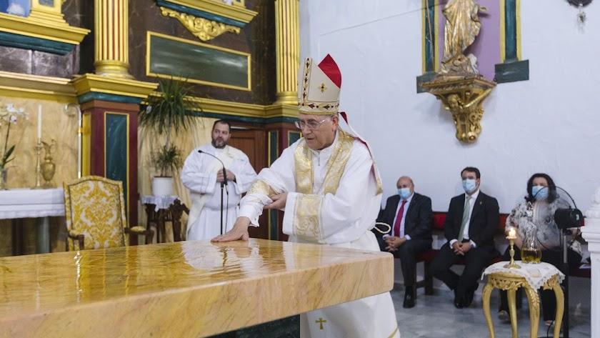 El obispo de Almería, Adolfo González, consagró el nuevo Altar.
