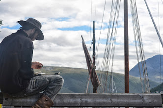 Photo: Antoine en plein dessin du Leenan, en port de Tromso