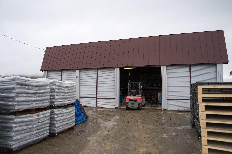 成苗ポットへの土と種入れ作業が行われる倉庫
