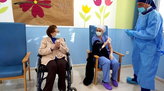 Eugenia Vera, de 87 años, la primera en vacunarse en las residencias de Roquetas