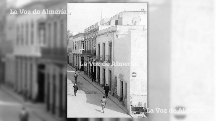 La calle de Granada en la esquina del chafán que hoy ocupa el edificio del bar Barea.