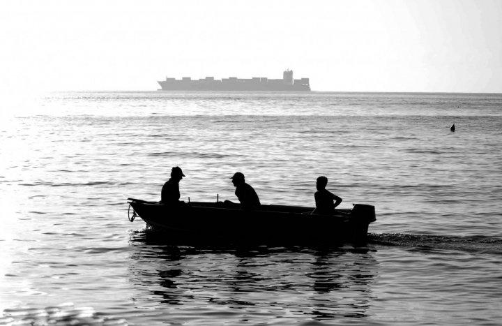 Tra container e pescatori... di hank_chinaski85