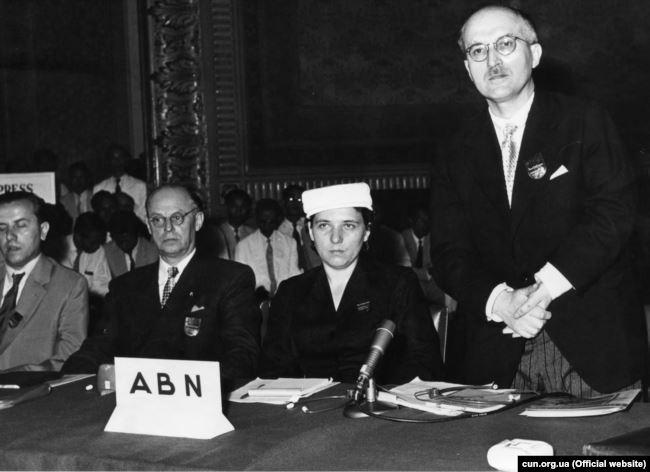 Ярослава Стецько і її чоловік Ярослав Стецько (праворуч) на конференції Антибільшовицького блоку народів (АБН). Тайвань, 1955 рік