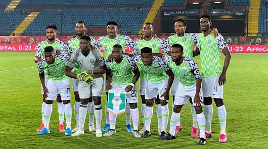 Ozornwafor con el dorsal 4 defendiendo a Nigeria Sub 23.