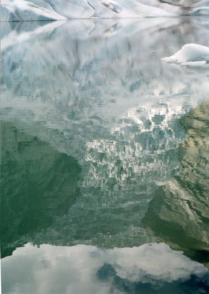 il ghiacciaio riflesso nel lago di molly