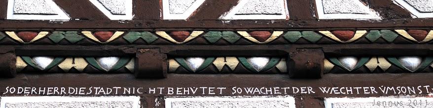 Photo: Sinnspruch am Bürgerhaus einer hessischen Kleinstadt
