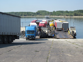 Photo: passage de la serbie à la bulgarie parc bac. Ceci n'est qu'une seule et même embarcation. Les camions doivent monter par la droite faire demi tour dessus et ressortir après la traversée par la gauche du délire absolu!