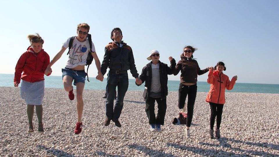 personnes-sautant-en-se-donnant-la-main-sur-une-plage