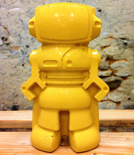 figurine déco en robot en béton jaune pour une déco geek et tendance