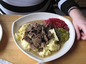Photo: Poronkäristys: rendiervlees met aardappelpuree, augurk en vossenbessen. Nami nami