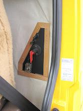 Photo: Elektrohauptschalter (Natoknochen) hinter Fahrersitz für die Bordelektrik. Heizung und Kühlschrank sind separat schaltbar. Alles auch vom Fahrer während der Fahrt schaltbar. Hatte bei einem anderen, fabrikneuen Kfz mal einen Kabelbrand im Laderaum während der Fahrt und wäre sehr froh gewesen wenn ich den Strom so einfach wie hier abschalten können hätte..