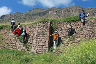 Photo: El grupo sobre anden Huchuyqosqo (27 y 28 - Abril - 2013) Cusco