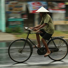 ngiyup riyin mbah... by Mas Bagus - People Street & Candids