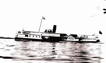 Photo: Barca que fazia a travessia entre Rio de Janeiro e Magé, levando passageiros para embarcar no trem da Estação de Guia de Pacobaíba (Mauá) que seguia dalí para Petrópolis. Foto de 1904