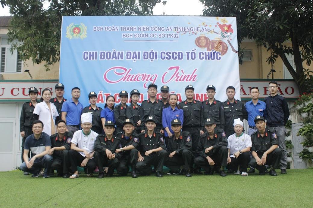 Đoàn viên Chi đoàn Đại đội Cảnh sát Cơ động chụp ảnh lưu niệm với Đoàn Thanh niên Bệnh viện Đa khoa TP Vinh