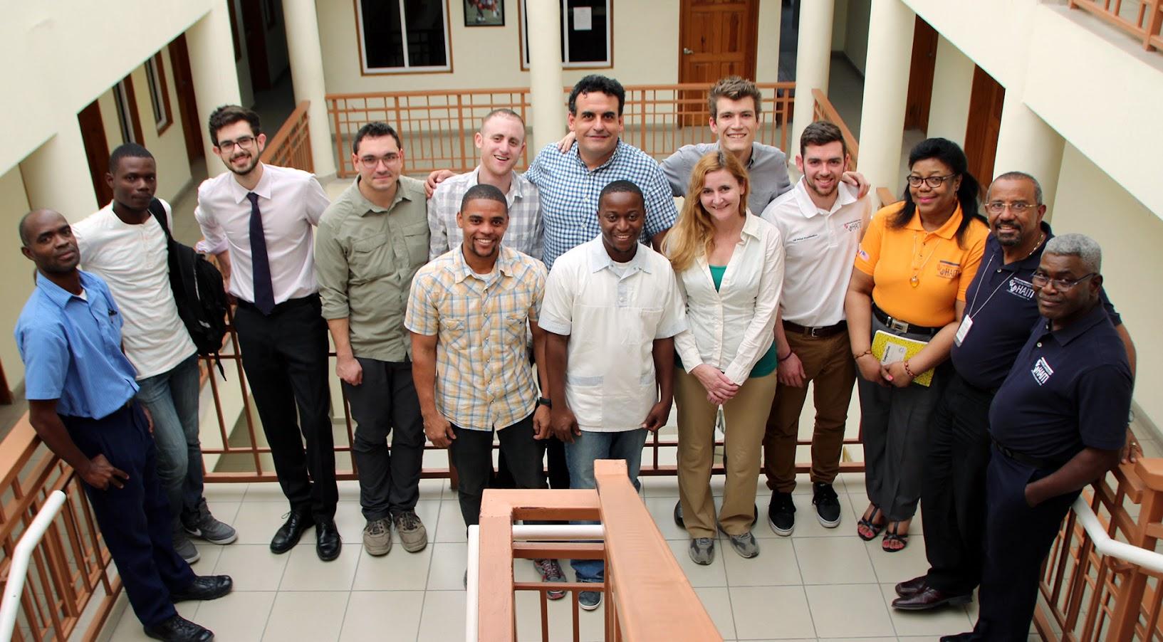 Сэм Хобиш (задний ряд, пятый слева) и команда LimbForge с персоналом клиники «Исцеляющие руки для Гаити» в Порт-о-Пренсе. Предоставлено LimbForge.