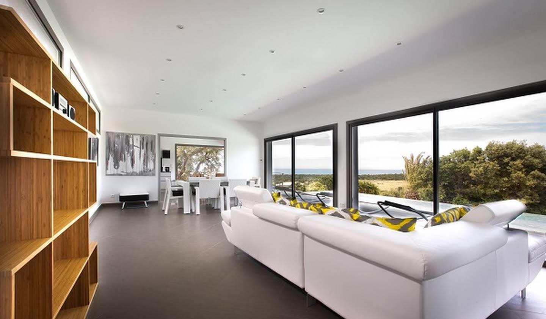 Maison contemporaine avec piscine en bord de mer Lumio