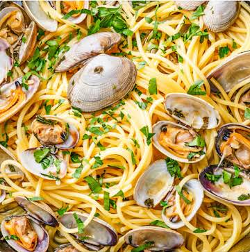 Linguine with Clam Sauce (Linguine Con Vongole) - All Too Yummy