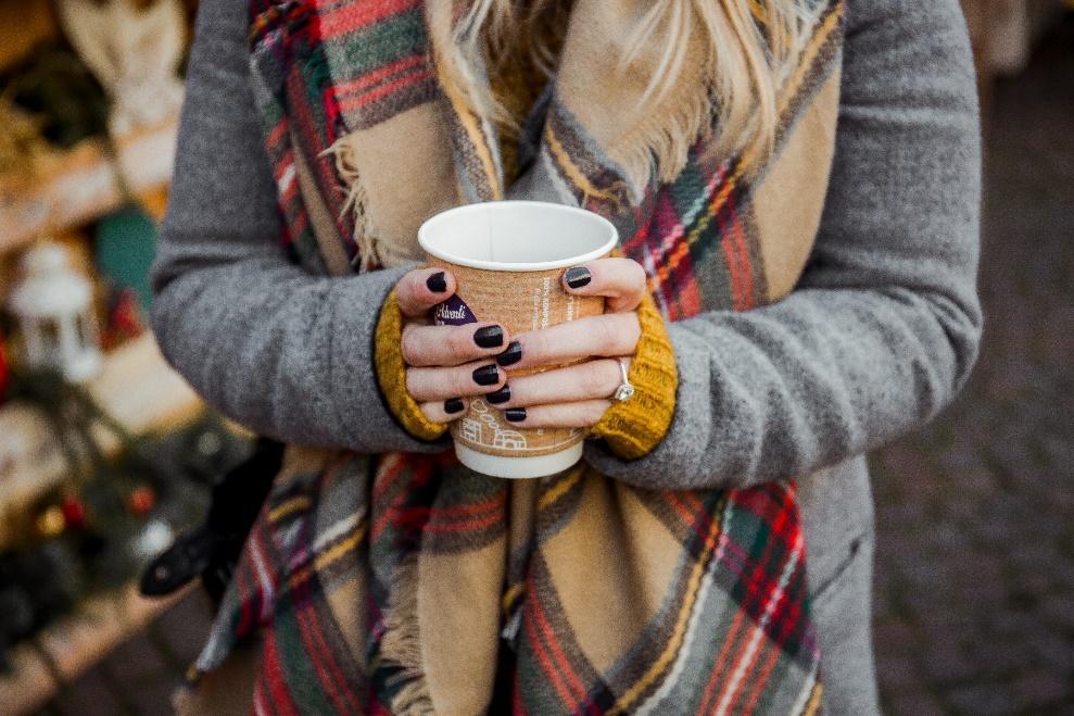 Une image contenant personne, tasse, café, petit  Description générée automatiquement