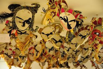 Photo: A Venise le masque est une véritable industrie. Vestige de l'époque où le Carnaval durait 6 mois, et où sortir masqué permettait aux mécréants de se mêler aux discussions des nobles, et aux puissants de se tenir informés des innombrables complots qui se tenaient contre le pouvoir des Doges (dans une Europe monarchique, Venise fut la seule République, du 5e au... 17 siècle!).