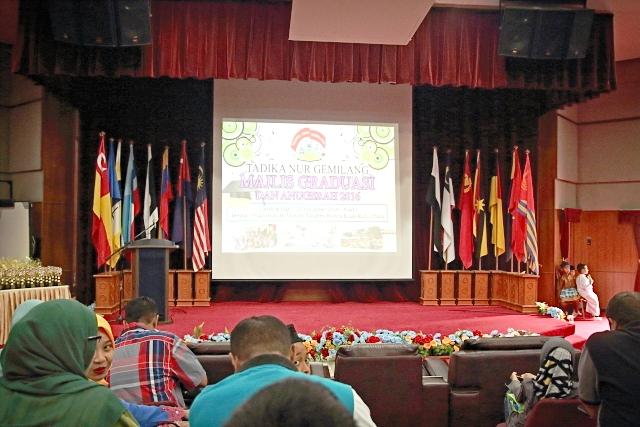 Majlis Graduasi Nur Gemilang berlangsung di dewan Akademi Bomba di Kuala Kubu Bharu