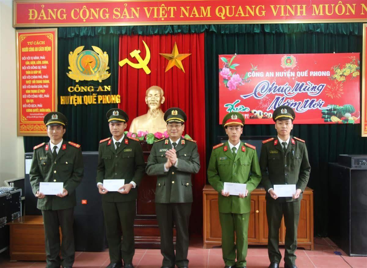 Thiếu tướng Nguyễn Hữu Cầu, Giám đốc Công an tỉnh tặng quà cho 04 CBCS có hoàn cảnh khó khăn đang công tác tại Công an huyện Quế Phong