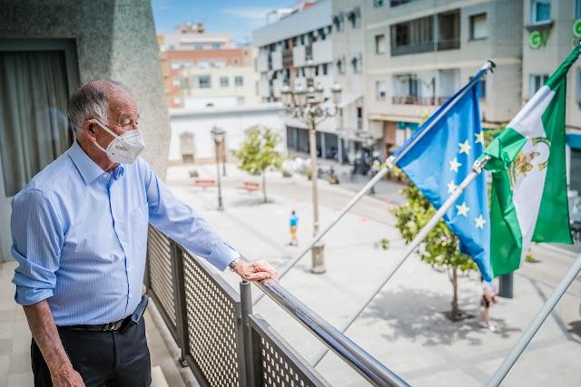 El alcalde de Roquetas, en el balcón sobre la plaza del Ayuntamiento