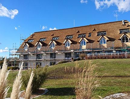 Elegancki podłużny budynek hotelu krytego trzciną