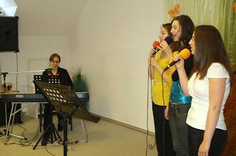 Photo: A fiatalok énekkel köszöntik a legfiatalabbat. 2011. április 10.