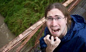 """Photo: Là, on dirait pas, mais y'a 20 metres sous ce pont suspendu. Lorsque le cache de mon appareil tomba dans le vide qui me séparait du fleuve, j'aus le temps de prononcer """"ah merde, le fabuleux cache de mon fidèle objectif 42 mm est en train de choir. Oh c'est fou, il procède à un triple Lutz piqué c'est incroyable"""", avant d'entendre """"plouf""""."""