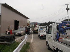 Photo: 田束山へ向かう途中にある熊三商店(実行委員のお店)で伊里前小から借りてきてくれたテントを受け取りトラックへ積み込む。