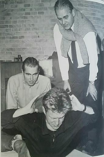Aksel Bjerregaard overvårger, at en af øvelserne i hans engelsk inspirerede cirquit-træningsprogram gennemføres effektivt. Billede affotograferet fra Jubilæumsskriftet fra 1992.