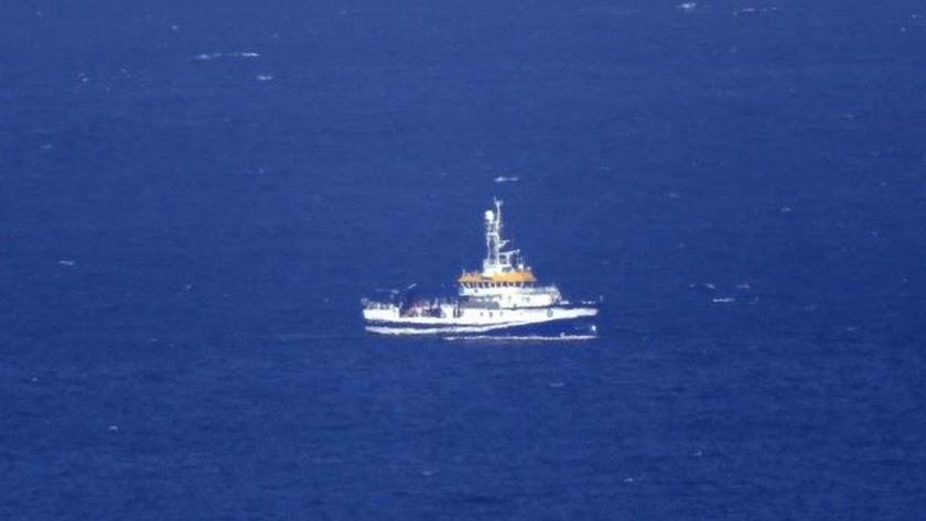 El buque recorre el mar en busca de los desaparecidos.
