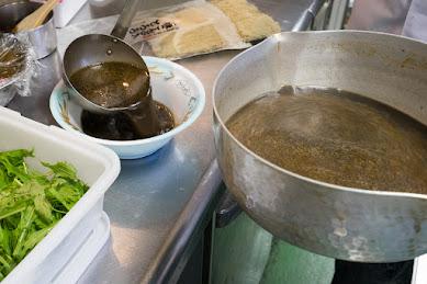 湯切りした麺を入れてトッピング