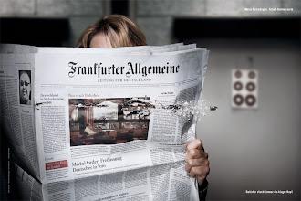 Photo: Blitzschnell und wie aus dem Nichts zerfetzt die Kugel eine Ausgabe der Frankfurter Allgemeinen Zeitung: Ihr aktueller Fall führt die beliebte Hannoveraner Ermittlerin Charlotte Lindholm zur F.A.Z.-Fotoserie. Für das Motiv lässt sich die Schauspielerin Maria Furtwängler hinter einer durchschossenen Zeitung fotografieren.