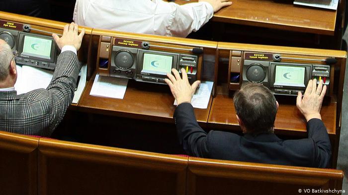 Депутат Верховної Ради голосує за двох (кнопкодавство), 2013 рік