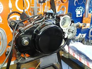 Photo: Hier geht´s mit dem Motor weiter. Alles neu gelagert, neue, Ölpumpen, Kurbelwelle überholt inkl. neuem Pleuelsatz. Motordeckel auch neu gepulvert.