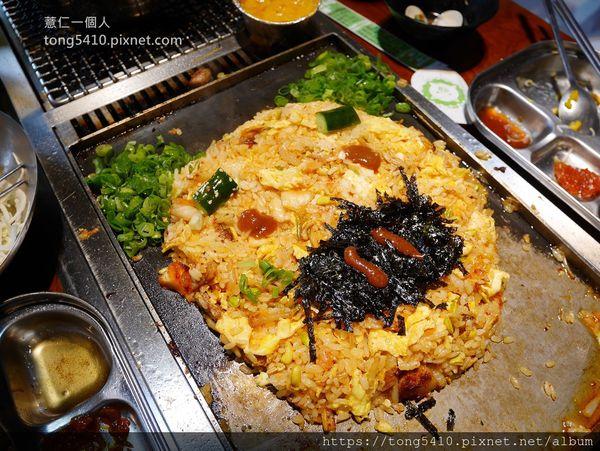 菜豚屋台中精誠店二訪。韓式烤肉專人代烤服務。還有生菜包肉跟墨西哥餅皮包肉的創意吃法