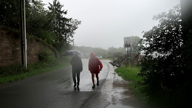Photo: Le ciel nous fait pluie pluie dessus. Nathalie et Christian.