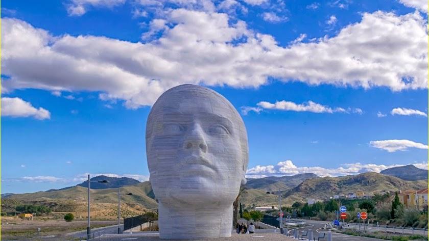 Monumento a la mujer del Almanzora, en piedra blanca de Los Filabres.